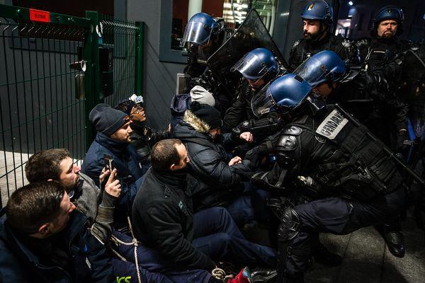 Lors de la mobilisation des surveillants à Vendin.