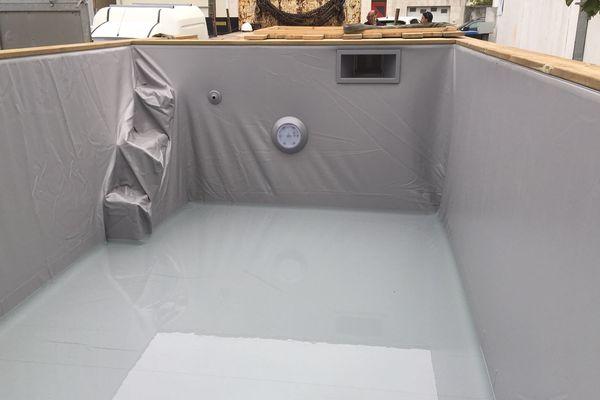 l'intérieur de la piscine container est en fibres de verre.