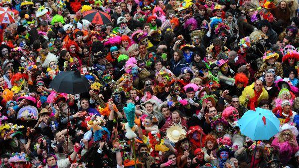 Le Carnaval de Dunkerque rassemble chaque hiver des dizaines de milliers de masquelours.