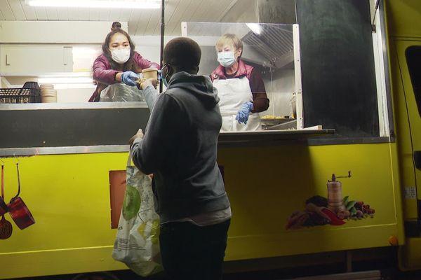 Deux fois par semaine, Liliane et sa fille Audrey distribuent des repas gratuitement aux étudiants rochelais.
