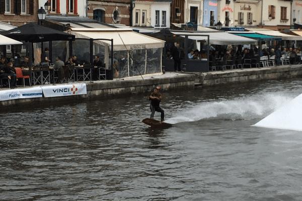 Un rider tracté devant le quai Belu, quartier Saint-Leu à Amiens, samedi 4 juin.