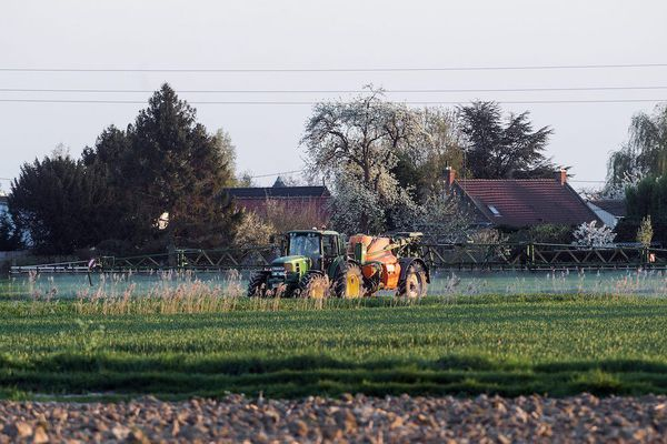 Les débats autour de l'utilisation des produits phytosanitaires sont relancés. En cause : une charte visant à réduire la distance d'épandage des pesticides, soumise à une concertation publique... mais peu médiatisée.