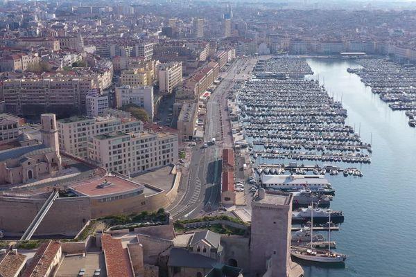 20/03/2020. Le Vieux-Port et le Fort St Jean à Marseille (Bouches-du-Rhône), totalement désertés pour cause de confinement, en pleine épidémie de coronavirus.