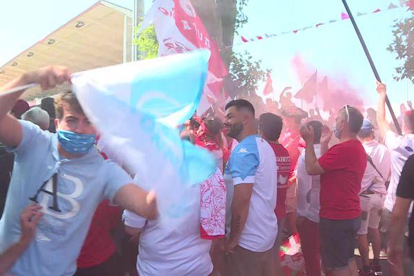 À Aguilera, le Ciel et le Rouge s'entremêlent... les supporters prêts à soutenir leur équipe pour ce 113e derby.
