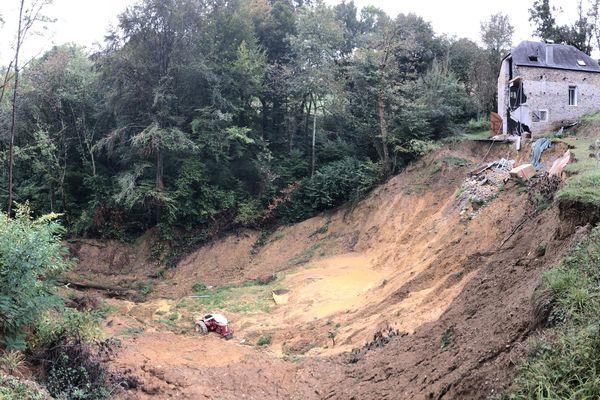 Le terrain et la maison de Jocelyne Tarrit après un important glissement de terrain à Narcastet.