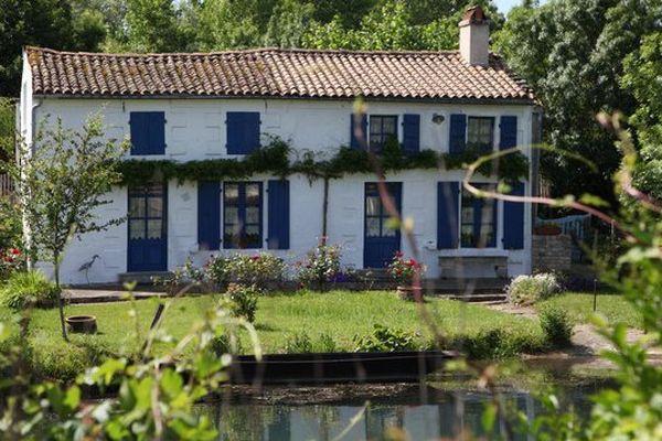 La maison bleue de Coulon dans le Marais poitevin