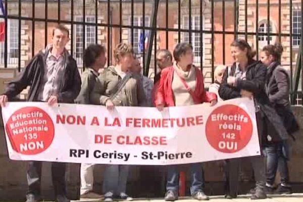 Manifestation des parents d'élèves de l'école Cerisy-Saint-Pierre mardi 5 mai devant la préfecture d'Alençon.