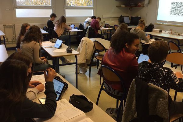 Au collège d'Ingwiller, fini les manuels scolaires ! Place à l'apprentissage sur téléphones et tablettes.