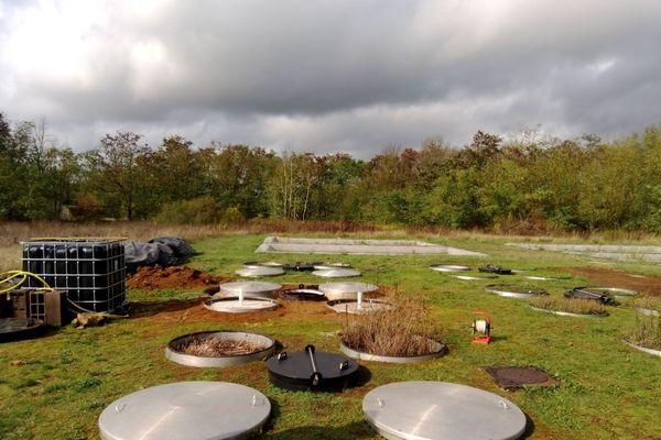 Le laboratoire souterrain installé en plein air permet aux chercheurs d'analyser le comportement des polluants présents dans les sols.