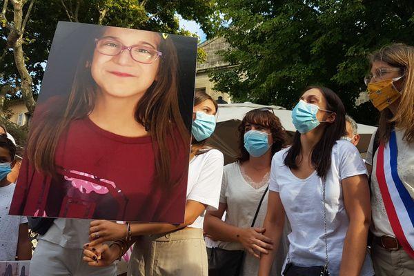 La petite Sarah en photo, assassinée par son père, et sa maman (au centre) durant la marche blanche