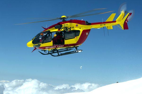 Les secouristes du PGHM de Chamonix à bord de l'hélicoptère de la Sécurité civile dans le massif du Mont-Blanc.
