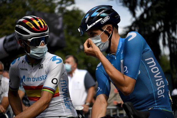 Les coureurs espagnols Alejandro Valverde et Enric Mas (Movistar) avant le départ de la première étape du Critérium du Dauphiné.
