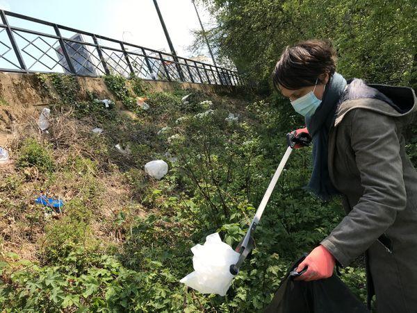 """Anne, bénévole de l'association """"Engagement 87"""", vient le samedi ramasser les plastiques avant qu'ils ne se perdent dans la Loire."""