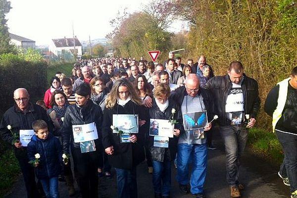 Plus de 500 personnes étaient réunies pour une marche blanche en hommage à Cyril Alexandre et son fils Théo, samedi 7 en début d'après midi.
