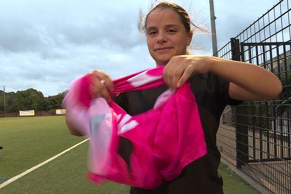 La milieu de terrain Aurélie Pizzo fière du maillot rose porté par l'équipe du FC Sussargues.