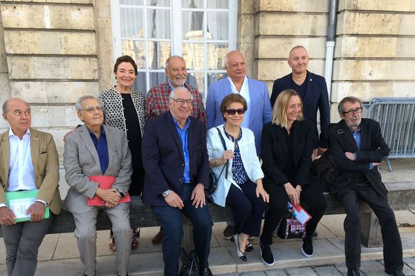 Le livre sur la place. Les académiciens Goncourt devant la mairie de Nancy, vendredi 7 septembre 2018, autour de leur président Bernard Pivot.