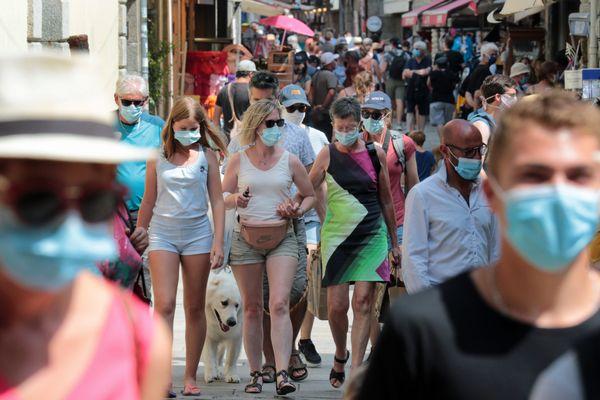 Le port de masque rendu obligatoire dans de plus en plus de communes contre le coronavirus, ici Concarneau