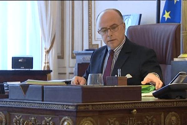 Bernard Cazeneuve à son nouveau bureau, place Beauvau.