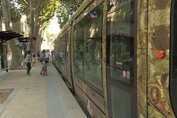 Les premiers usagers testent la ligne 4 du tramway à Montpellier. Les commercants soufflent un peu après avoir subit des années de travaux