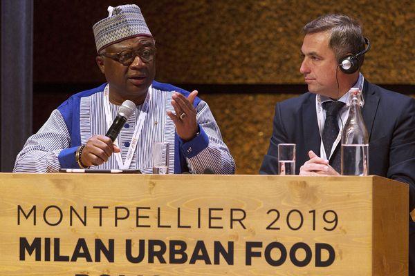 Le maire de Ouagadougou (Burkina Faso) Armand Bedouinde  et Ramon Ravier Mestre, maire de Cordoba (Argentine) à la tribune du Pacte de Milan, à Montpellier le 8 octobre 2019.