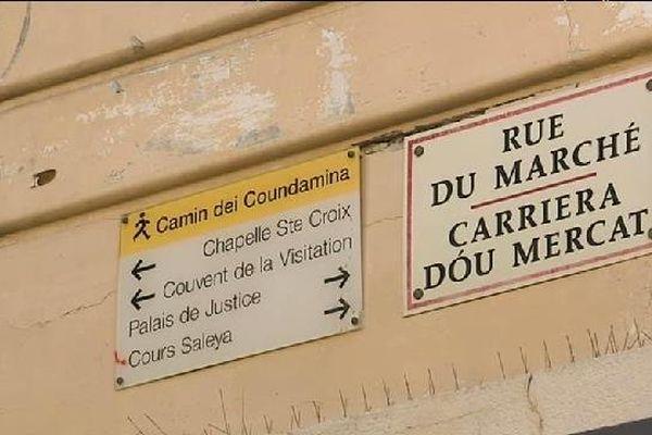 Dans une rue à Nice, le double affichage.