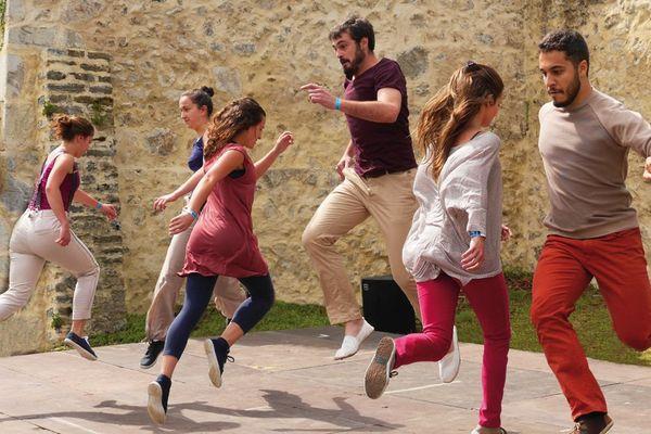 Ils ont cette belle énergie à faire exister autrement la danse basque dans les rues et sur les places. Les 10 danseurs de Bilaka ouvrent les fenêtres et, portés par les vents nouveaux, donnent à leur danse un souffle singulier et une vitalité joyeuse. Rendez-vous avec Txirrita, dimanche à 11H25