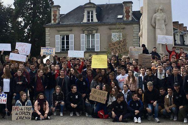 Entre 150 et 200 étudiants de la filière STAPS rassemblés mardi 15 octobre 2019 sur la place de la Préfecture