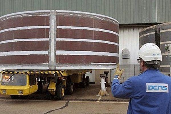 Sortie du premier des 21 tronçons de coque du Tourville des ateliers de DCNS Cherbourg