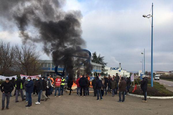 """Près de 150 salariés sont rassemblés ce matin devant les grilles de l'usine SKF pour dire """"non"""" à la fermeture du site fin 2022."""