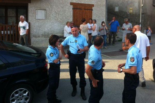 Les gendarmes avec la population du hameau des Aymes à Mizoën