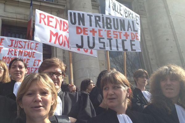 Les avocats se se sont mobilisés pour le maintien des tribunaux de Brive et Tulle, vendredi 8 mars 2013
