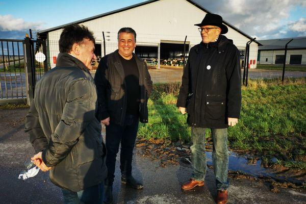 Trois membres de Novissen (dont Francis Chastagnier à droite) devant la ferme des mille vaches de Buigny-Saint-Maclou (Somme) ce 4 décembre 2020.