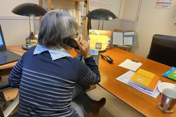 Dans les locaux de SOS Amitié à Reims, Marie répond au téléphone environ vingt heures par semaine.