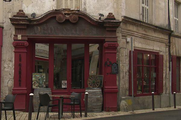 La fronton en bois de la façade du bar-garage de Cognac date du 19ème siècle et a besoin d'être rénové.