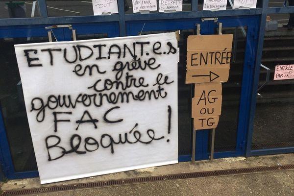 les étudiants opposés à la réforme des retraites ont cadenassé certaines entrées et sorties de la fac de lettres ce vendredi 24 janvier 2020.