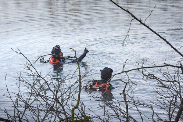 Sapeurs pompiers plongeurs en intervention dans un plan d'eau, en décembre 2020