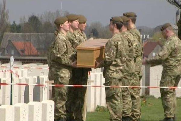 Répétition de la cérémonie de demain mardi 23 avril au cimetière militaire d'Escoust-Saint-Mein.