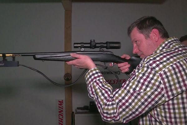 Morhange : Florian aide les chasseurs à mieux tirer avec un simulateur.