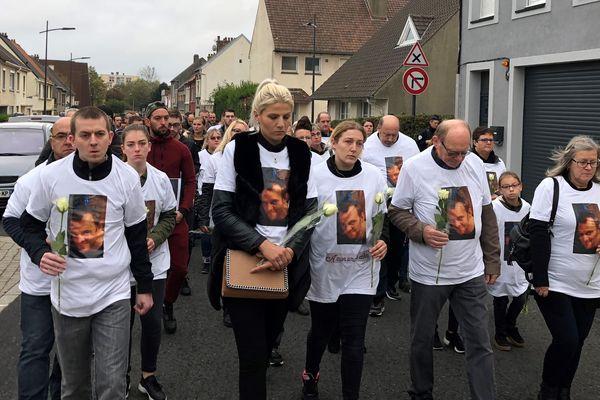 Une centaine de personnes ont marché en silence, ce jeudi 18 octobre entre Boulogne et Wimille, en hommage à Sébastien Pierru, tué le 6 octobre dernier.