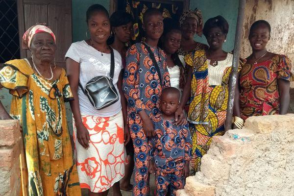 La veille de leur départ pour la France, Nelly-Franceline et ses quatre enfants, entourés de leur famille.