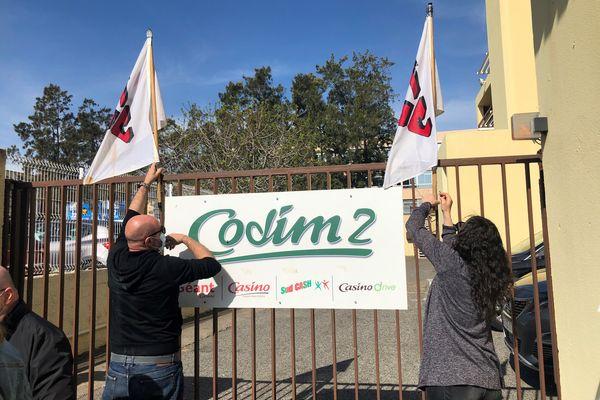 Le STC s'installe devant les locaux du groupe Codim pour tenir sa conférence de presse.