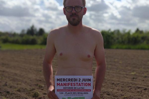 L'agriculteur bio Benjamin Trouslard s'est mis à nu pour dénoncer la raréfaction des aides pour le bio.