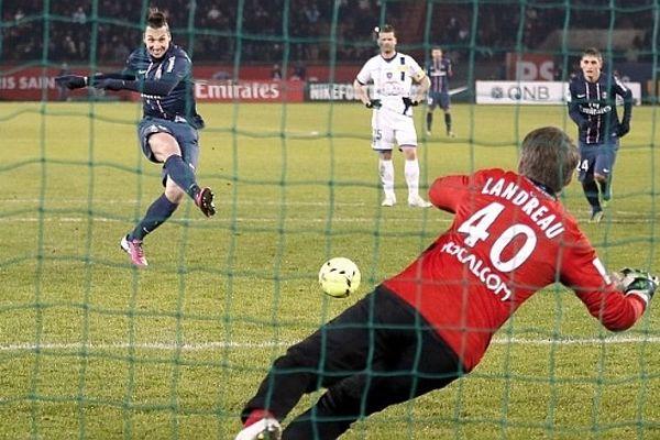 L'attaquant parisien Ibrahimovic face au portier bastiais Landreau