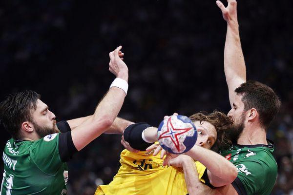 Le Paris SG handball a remporté son deuxième titre de la saison, la Coupe de France après la Coupe de la Ligue, en battant Nîmes 32 à 26, qui a plié en fin de match, en finale samedi à Paris-Bercy.