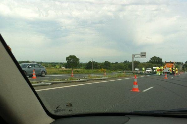 Quelques heures après l'accident sur la RN 12, le camion a été déplacé, les voitures circulent sur une voie