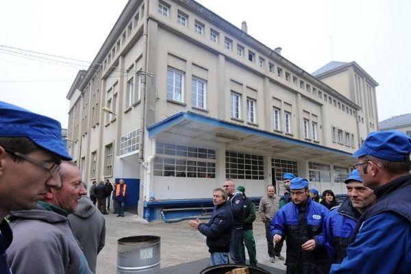 Les salariés de l'usine Candia au Lude devant leur usine ce vendredi matin