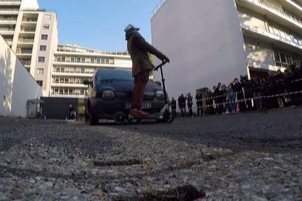 Lors du crash-test, le choc entre la voiture et la trottinette électrique est violent : le mannequin est éjecté à plus d'une dizaine de mètres.