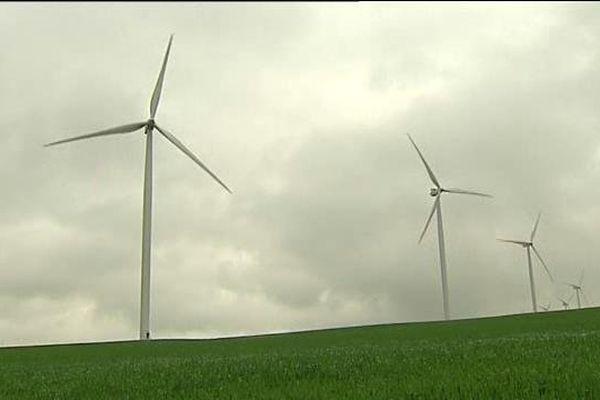 Les 16 éoliennes du parc de l'Auxerrois, situé sur les communes de Quenne et de Chitry-le-Fort, dans l'Yonne, peuvent alimenter jusqu'à 28 000 habitants en électricité.
