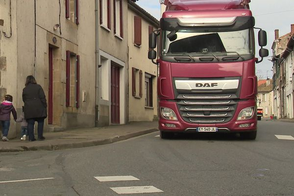 Les habitants ne se sentent pas en sécurité à cause du trafic incessant des camions dans la traversée de Confolens.