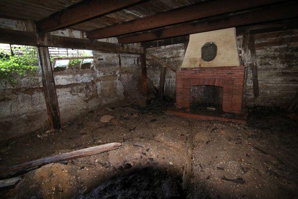 La pièce centrale du bunker construit par les Allemands avec sa cheminée.